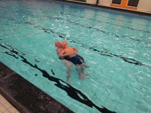 Reddend zwemmen